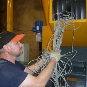 Загрузка кабеля в камеру дробления