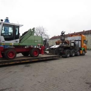 Перегружатель металлолома Fuchs MHL 331 погружен на низкорамный
