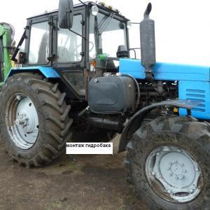 Трактор с установленным гидравлическим оборудованием